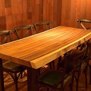 縞模様が美しいゼブラウッドのカウンターとモンキーポッドのテーブル2枚