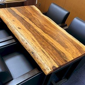 重厚感のあるベリーウッドのテーブル